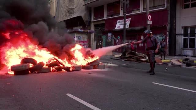 manifestantes cerraron varias calles del centro de sao paulo y fueron dispersados por la policia en el marco de una jornada de movilizacion sindical... - president stock videos & royalty-free footage