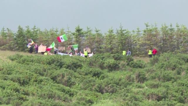 vídeos y material grabado en eventos de stock de manifestantes con banderas mexicanas invadieron el sabado un campo de golf de donald trump cuando el virtual candidato republicano a la presidencia... - bandera de golf