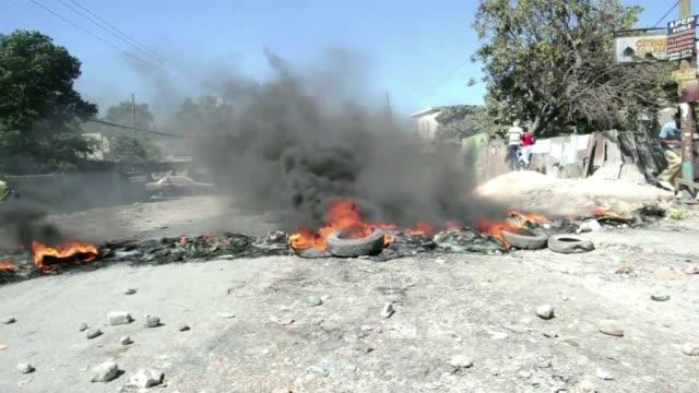 manifestantes haitianos se enfrentaron el lunes con la policia en puerto principe en medio de protestas contra el precio elevado del combustible - transporte stock videos & royalty-free footage