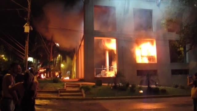 manifestantes ingresaron violentamente al edificio del congreso de paraguay el viernes despues que el senado aprobara un proyecto de enmienda que... - edificio del parlamento stock videos and b-roll footage