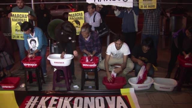 manifestantes peruanos lavaron banderas para protestar ante la investigacion de la dea al secretario general del partido de keiko fujimori - lavando stock videos & royalty-free footage