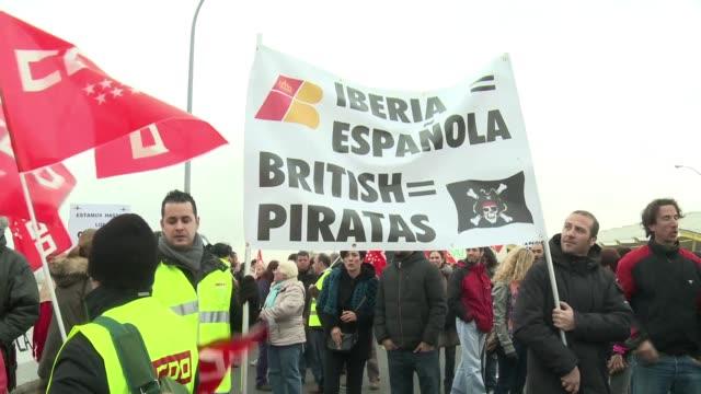 manifestantes y policias protagonizaron enfrentamientos este lunes en el aeropuerto de madrid en el primer dia de una huelga de iberia con cientos de... - sindicatos stock videos & royalty-free footage