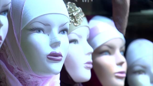 vídeos de stock, filmes e b-roll de mannequin heads hijabs. - vestimenta religiosa