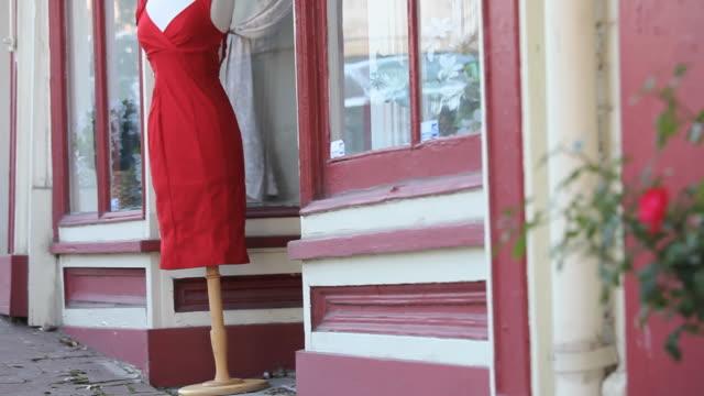 MS TU SELECTIVE FOCUS Mannequin outside shop, Petersburg, Virginia, USA