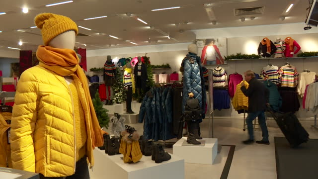 stockvideo's en b-roll-footage met mannequins inside a department store - kleding