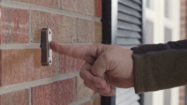 vídeos y material grabado en eventos de stock de cu. man's finger presses doorbell button outside brick house. - huésped