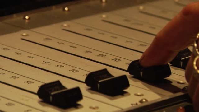 vidéos et rushes de ecu, man's finger pushing up recording slider - pushing