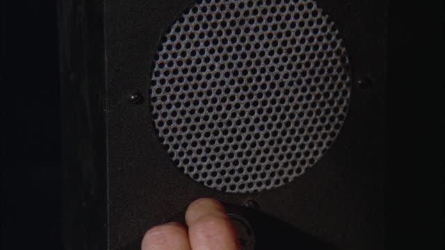 vídeos y material grabado en eventos de stock de cu man's hand adjusting knobs on radio speaker - altavoz