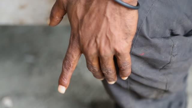 vídeos y material grabado en eventos de stock de a mans hand by his side - articulación humana