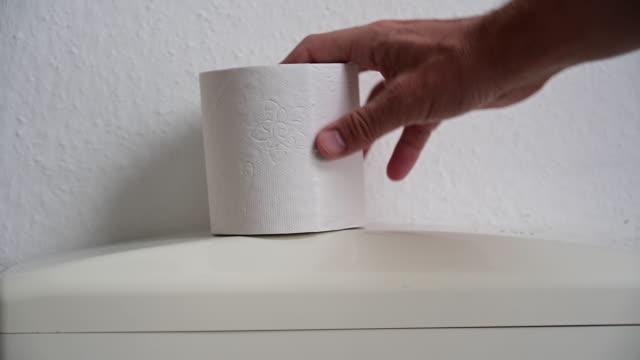 vidéos et rushes de man's hand catching toilet paper on a toilet. - objet en papier