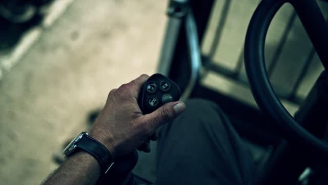hand des mannes, die kontrolle der mechanischen klaue - stahlfass stock-videos und b-roll-filmmaterial