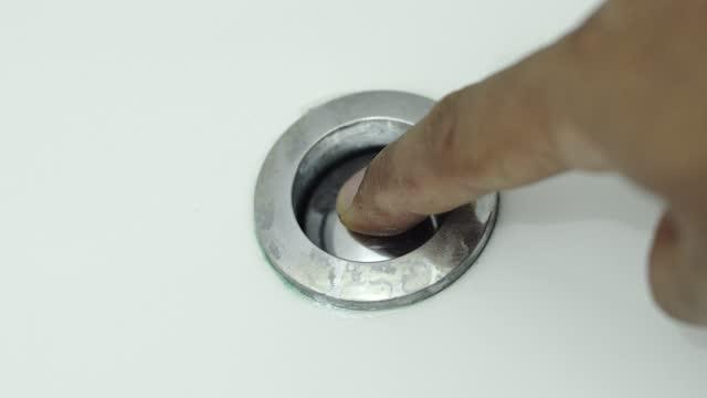 mannens hand trycker på knappspolningstoalett. - städad bildbanksvideor och videomaterial från bakom kulisserna
