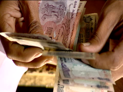 man's hands counting money bombay - indischer subkontinent abstammung stock-videos und b-roll-filmmaterial