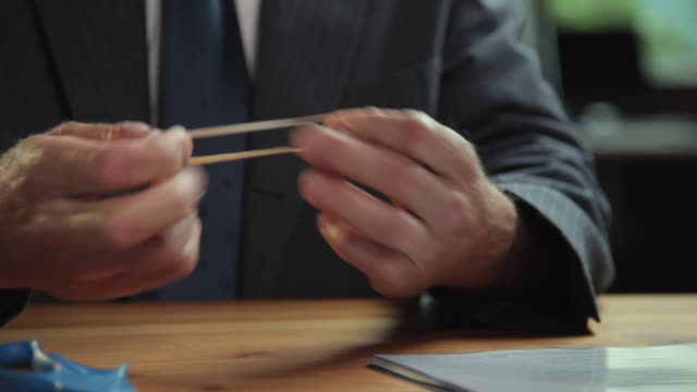 vidéos et rushes de cu man's hands stretching rubber-band at desk / portland, oregon, usa - agilité entreprise