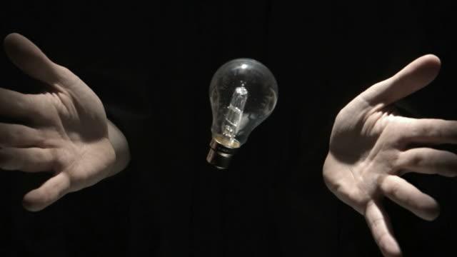 vídeos y material grabado en eventos de stock de mans hands throwing bulb - atrapar
