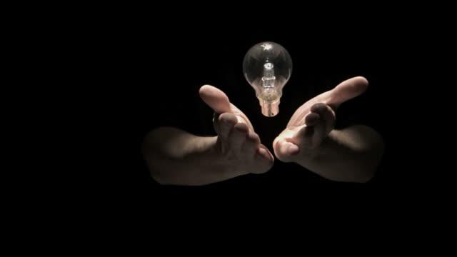 vídeos y material grabado en eventos de stock de mans hands tossing bulb - atrapar