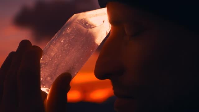 vídeos de stock, filmes e b-roll de cabeça do homem com cristal de cura durante o por do sol - espiritualidade