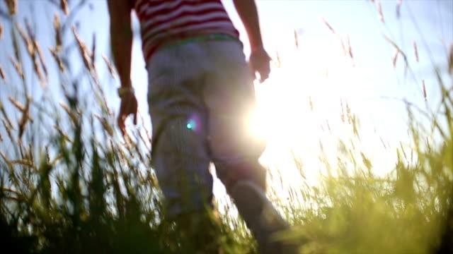 SLO MO Mann's Beine auf dem Rasen