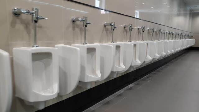 人の公衆トイレ。 - 小便器点の映像素材/bロール