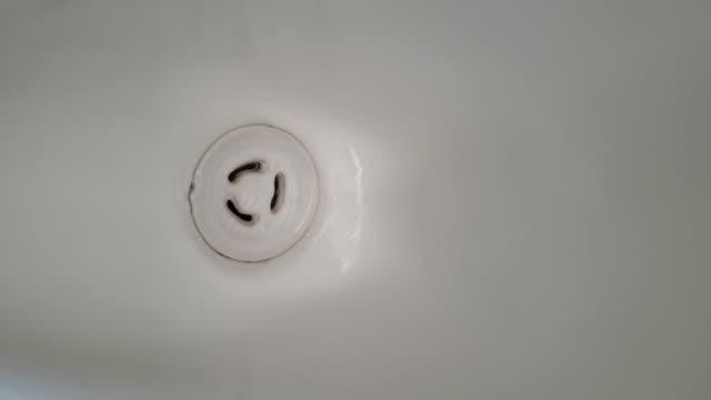 vidéos et rushes de les toilettes publiques de l'homme. - bol vide