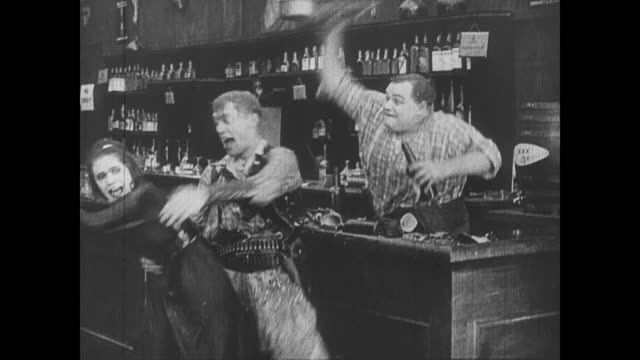vidéos et rushes de 1918 man's (fatty arbuckle) repeated attempts at hitting and shooting wild bill hiccup do nothing - casser