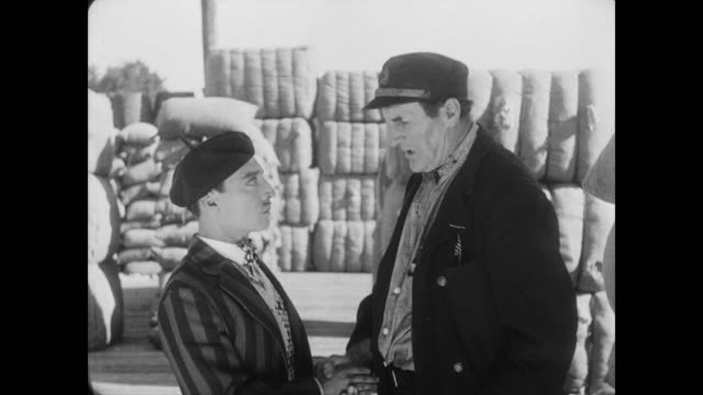 vidéos et rushes de 1928 a man's (buster keaton) services are sought by two others - recrutement