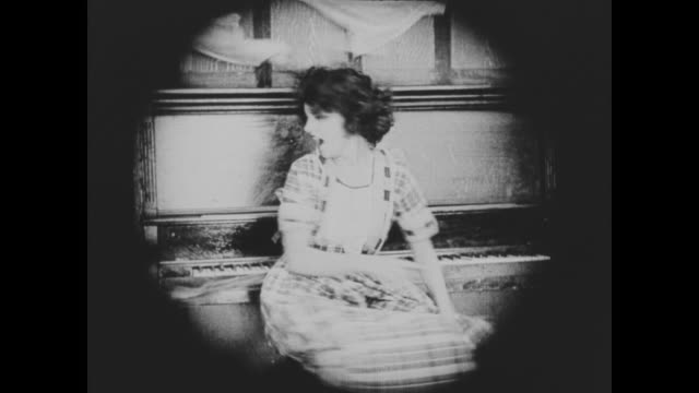vidéos et rushes de 1920 man's (buster keaton) wife (sybil seely) is thrown out of the house through a window while the house spins - 1920