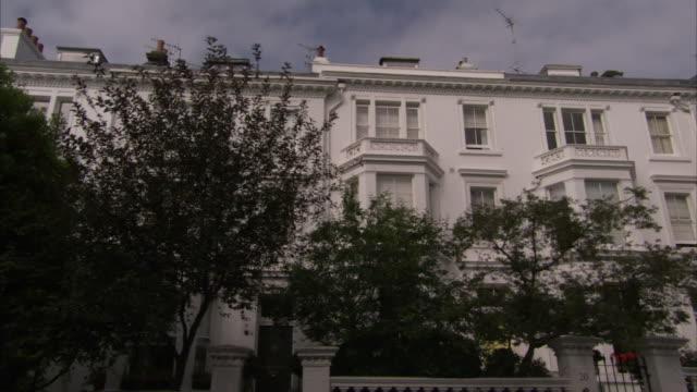 vídeos de stock, filmes e b-roll de a mansion flat in little venice boast of simple victorian architectures. available in hd. - janela saliente