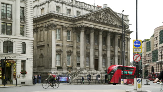 mansion house in der londoner city - doppeldeckerbus stock-videos und b-roll-filmmaterial