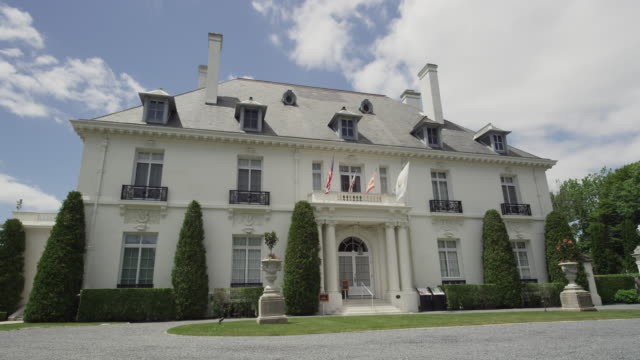 stockvideo's en b-roll-footage met mansion in newport rhode island with clouds - landhuis