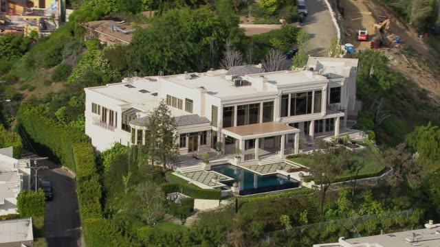 stockvideo's en b-roll-footage met los angeles, california - march 30, 2011: mansion located in the hollywood hills at 9161 oriole way, home to hip hop mogul dr dre circa 2011. - landhuis