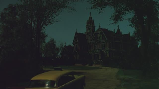 mansion, night, cab pulls up - 唯一点の映像素材/bロール