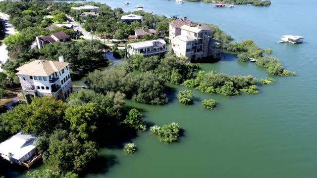 歴史的なオースティンは、浸水家屋に向かって移動しながらの洪水によって邸宅浸水 - ダメージ点の映像素材/bロール