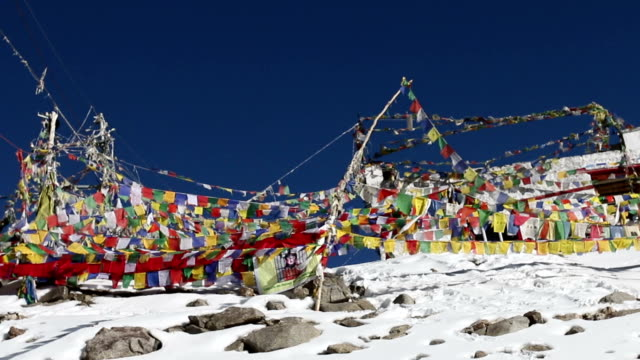 stockvideo's en b-roll-footage met mantra flag - mount everest