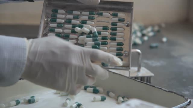 manuelle befüllung der kapsel - medikament stock-videos und b-roll-filmmaterial