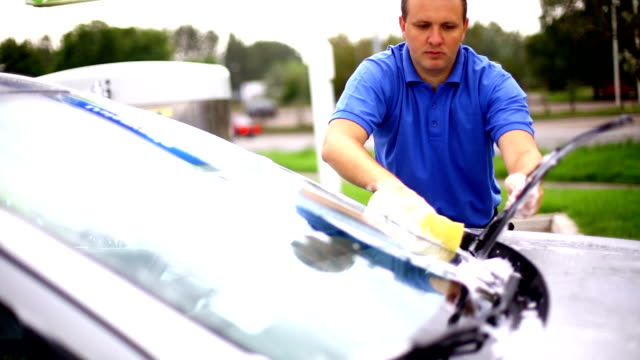 vídeos de stock, filmes e b-roll de manual lavagem de carro. - polo shirt