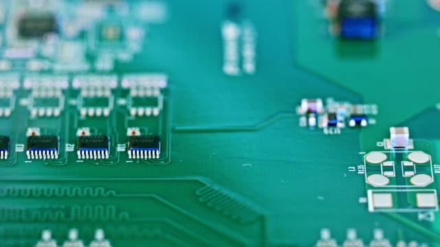 vidéos et rushes de manuel instalation de mssing éléments de circuit intégré après smt - pince chirurgicale