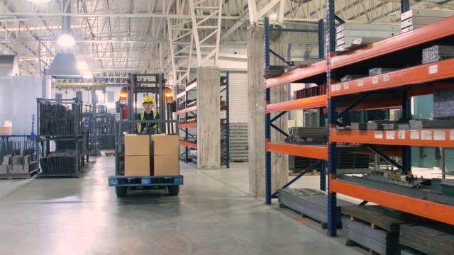 arbeiter fahren gabelstapler beladen mit boxen - halle gebäude stock-videos und b-roll-filmmaterial