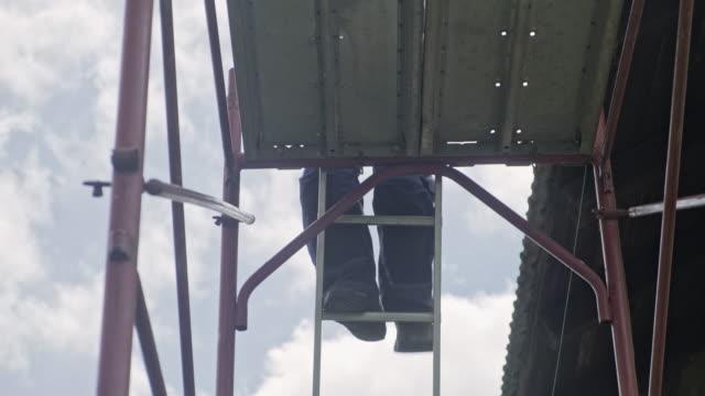 handwerker installieren aluminiumdachrinnen - baugerüst stock-videos und b-roll-filmmaterial
