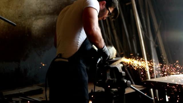 vidéos et rushes de ouvrier manuel sur un atelier - moyen orient