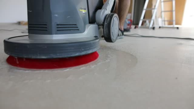 vídeos de stock, filmes e b-roll de máquina de esfregar de trabalho manual durante o trabalho - chão de cerâmica