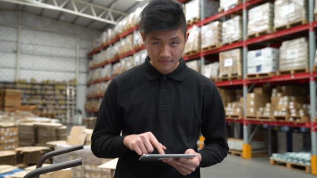 arbeiter mit digital-tablette im lager - qualitätsprüfer stock-videos und b-roll-filmmaterial