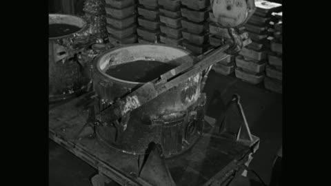 vídeos y material grabado en eventos de stock de manual worker working in aluminum casting plant, massena, new york state, usa - aluminio