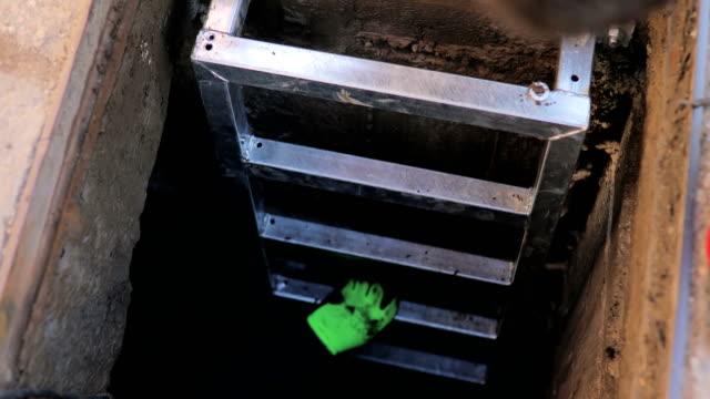 vídeos y material grabado en eventos de stock de trabajo en equipo de los trabajadores de manual - tapadera de cloaca
