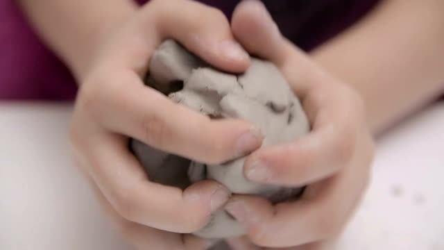 laboratori manuali per bambini, stampaggio di argilla,close up - terapia alternativa video stock e b–roll