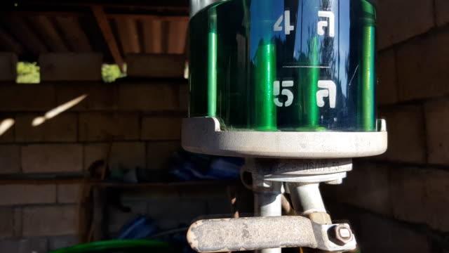 manuell gepumpte benzinpumpe in thailand - stahlfass stock-videos und b-roll-filmmaterial
