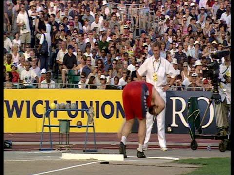 vidéos et rushes de manuel martinez men's shot put, launches put using glide technique, 2003 international athletics grand prix, crystal palace, london - authority