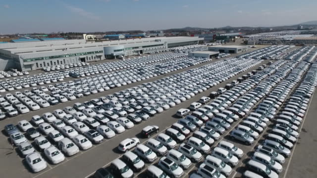 stockvideo's en b-roll-footage met manufactured cars on the parking lot of factory - automobile industry