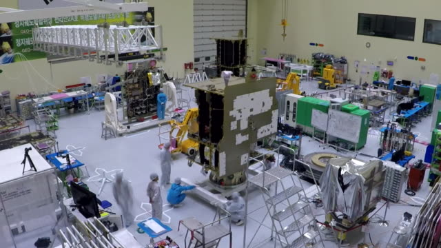 vídeos de stock e filmes b-roll de manufactured korea's chollian-2a satellite in korea aerospace research institute - nave espacial