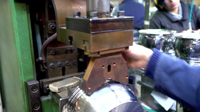vídeos y material grabado en eventos de stock de olla de fabricación - acero inoxidable